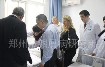 美、加专家参观医院病房,并对临床治疗进行指导